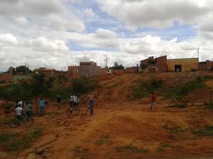 Terreno onde as nove casas estavam (Foto: Michelly Oda / G1)