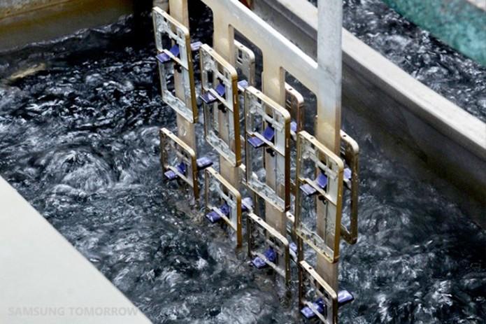 Pintura do metal é feita em banho anodizado (Foto: Divulgação/Samsung)