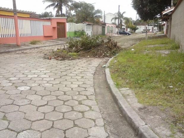 Após limpeza resíduos foi deixado no local próximo a residência de moradora (Foto: Christina Zapata/VC no G1)