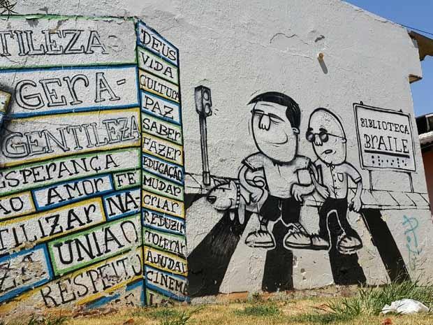 Pinturas na parede lateral da biblioteca em Taguatinga (Foto: Raquel Morais/G1)