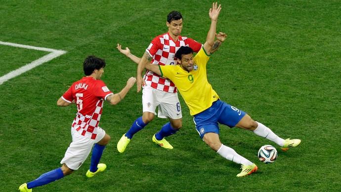 fred penalti brasil x croacia (Foto: AP)