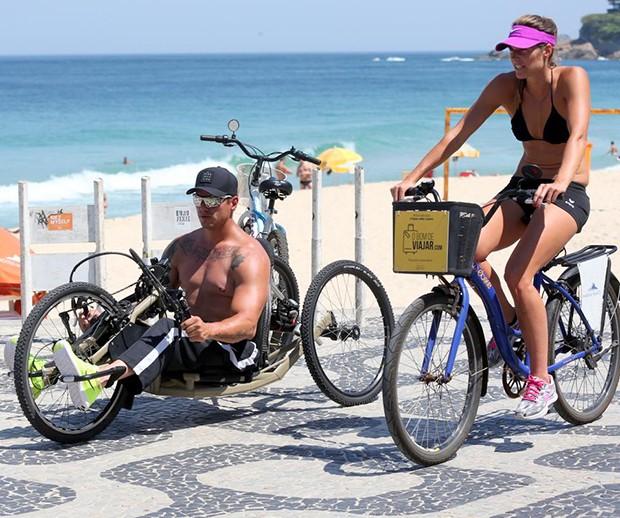 Fernando Fernandes e a namorada, Victoria (Foto: AgNews)