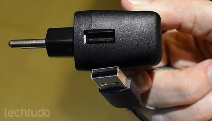 Conecte a ponta maior do cabo USB no adaptador de tomara  (Foto: Barbara Mannara/TechTudo)