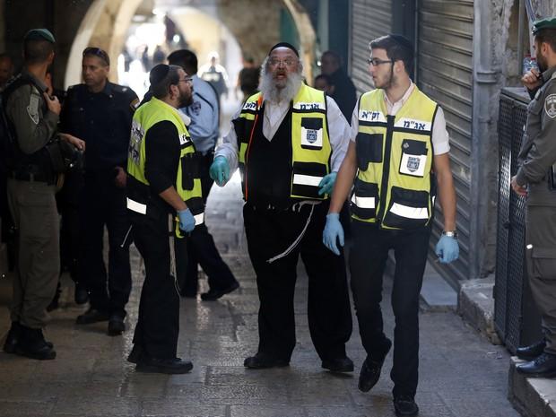 Forças de segurança de Israel são vistas em local onde palestino atacou policial israelense neste domingo (29) em Jerusalém  (Foto: Ahmad Gharabli/AFP)