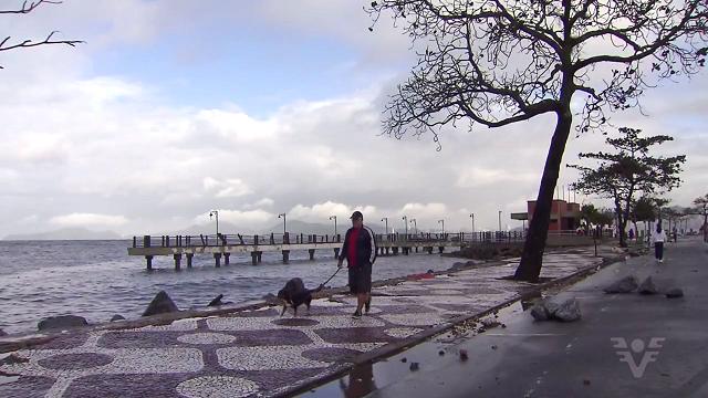 Muretas da praia foram arrancadas pela força do mar (Foto: Reprodução/TV Tribuna)