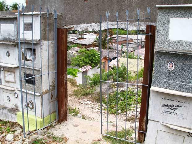 Entre irregularidades, está portão que dá acesso a uma comunidade na parte de trás do cemitério (Foto: Herbert Clemente/Jornal da Paraíba)