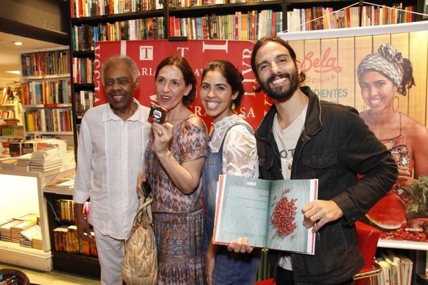 Gilberto Gil e Flora Gil prestigiam o lançamento do livro de Bela Gil (Foto: Marcos Ferreira / Brazil News)