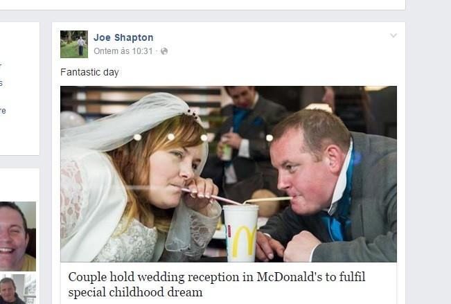 Os noivos dividem um copo de refrigerante