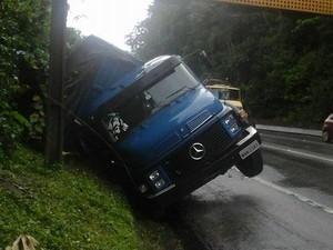 Pista foi liberada quando caminhão foi colocado para o acostamento (Foto: Auto Pista/Divulgação)