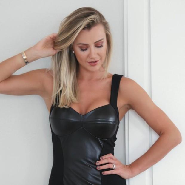 Ana Paula Siebert detalhe do vestido de couro (Foto: Reprodução/Instagram)