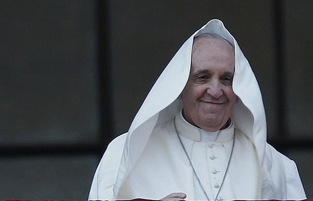 Francisco parece se divertir com vento na Basílica de São João Latrão (Foto: Tony Gentile/Reuters)