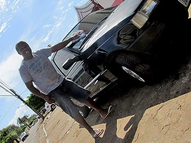 O lavador de carros e estudante de direito Flávio Dias da Silva, de 36 anos, que foi aprovado em exame da OAB no Distrito Federal (Foto: G1)