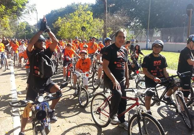 Adilson Amadeu, ao centro e sem capacete, sem luva e sem óculos de proteção, itens que, juntamente com o emplacamento, ele quis tornar obrigatórios aos ciclistas (Foto: Reprodução/Facebook do vereador)