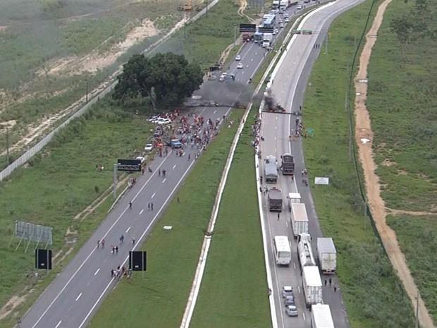 Protesto do MST em Goiana, PE. (Foto: Reprodução / TV Globo)