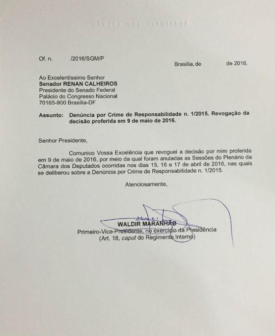 Waldir Maranhão comunica a revogação a Renan Calheiros (Foto: Reprodução)