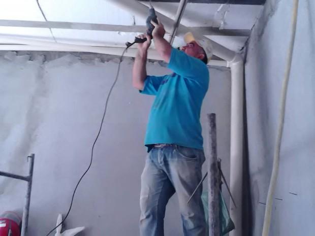 Vice-prefeito trabalha com pedreiro e mexe com a parte hidráulica em obras  (Foto: Arquivo Pessoal)