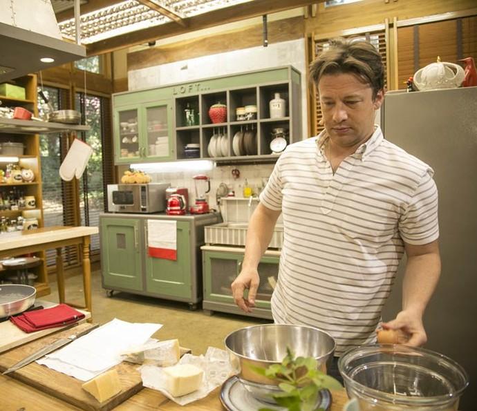 Jamie Oliver deia tudo pronto para preparar omelete ao vivo no 'É de casa' (Foto: Raphael Dias/Gshow)