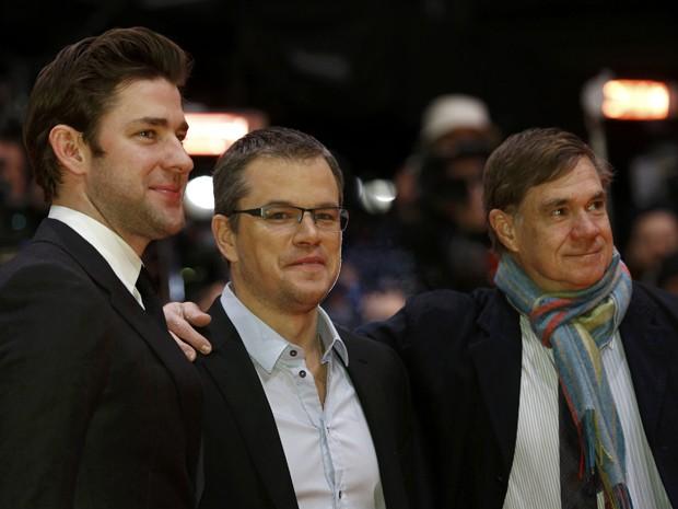 Da esquerda, os atores John Krasinski, Matt Damon e o diretor Gus Van Sant, de 'Promised land' (Foto: Reuters/Thomas Peter)