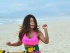 Ariany Nogueira, dançarina de Latino, faz treino na praia e mostra corpão