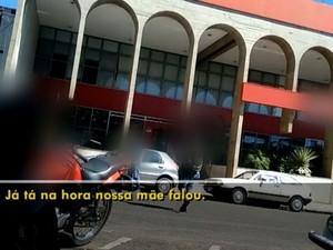 Adolescentes são flagrados pedindo dinheiro (Foto: Reprodução / TV TEM)