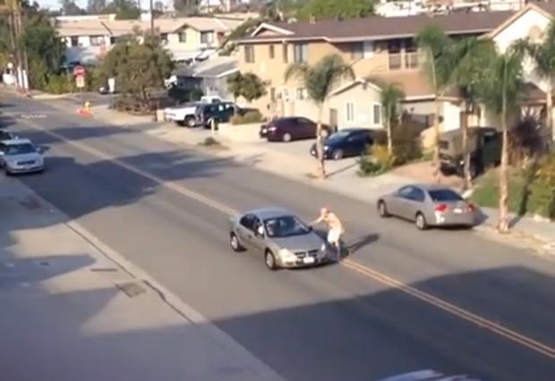 Bêbado foi filmado descontrolado em rua nos EUA, e acabou sendo preso após acertar soco em carro (Foto: Reprodução/YouTube/greybush)