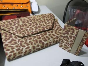 Bolsa e carteira da mesma estampa podem ser usadas em festas (Foto: Mariane Rossi/G1)