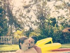 'Grávidos', Vitória Frate e Pedro Neschling posam na piscina