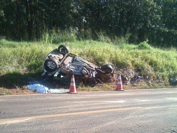 Carro capotou após colisão com carreta e parou no acostamento (Foto: Ronaldo Moura/Divulgação)
