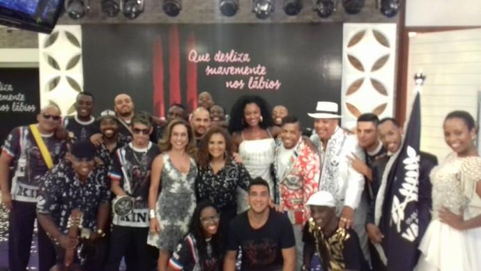 Didi Gomes ao lado de Ciça Guimarães,  André Marques, e integrantes da escola de samba Vai-Vai (Foto: Reprodução/Facebook)