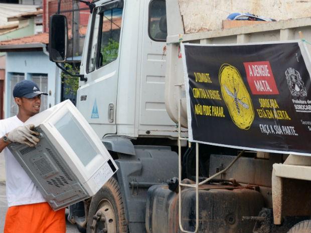 Carro de som passa pelas ruas dos bairros orientando os moradores  (Foto: Zaqueu Proença)