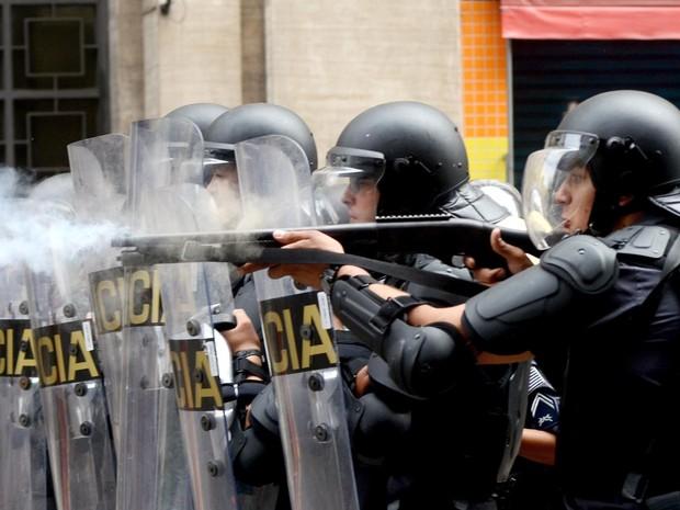 Policiais disparam balas de borracha durante confronto com moradores em ação de reintegração de posse no centro (Foto: Alan Morici/Agência O Dia/Estadão Conteúdo)