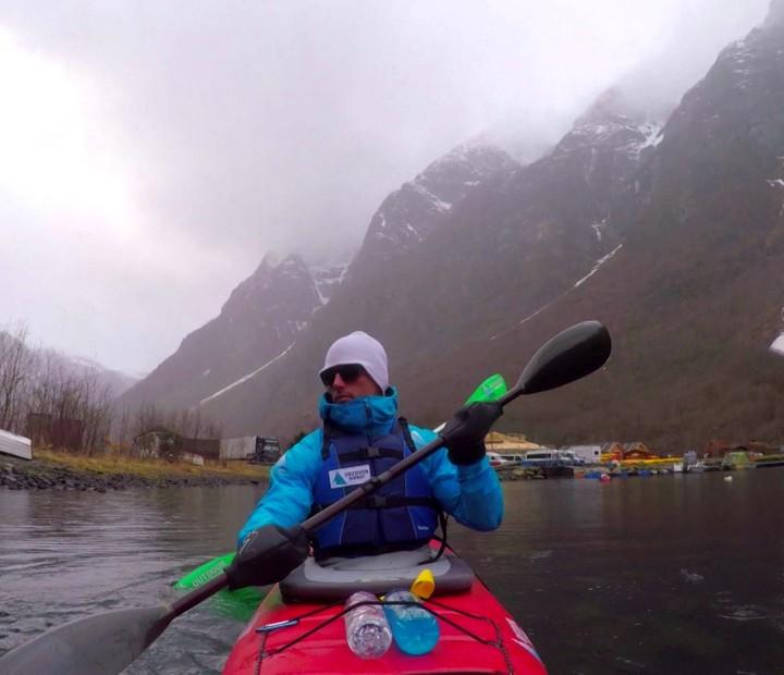 F. Fernandes rema nas águas geladas da Noruega