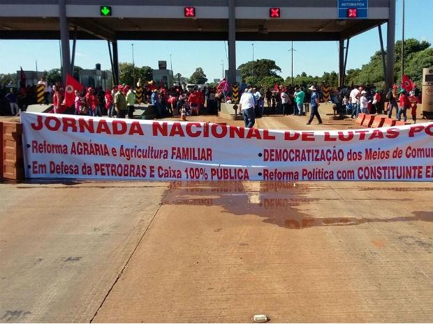 Manifestantes protestam em praça de pedágio em Cascavel  (Foto: Divulgação / PRF)