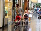 Ricardo Pereira passeia com a mulher e os filhos no Rio