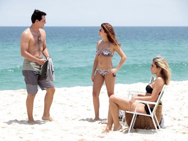 Lombardi, Flávia e Fernanda passam o texto da cena (Foto: Salve Jorge/TV Globo)