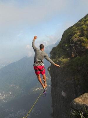 Paulo Henrique faz highline na Pedra da Gávea (Foto: Felipe Andrei)