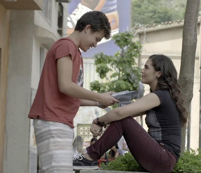 Artur faz pegadinha com Julia com presente sem noção (Foto: Gshow)