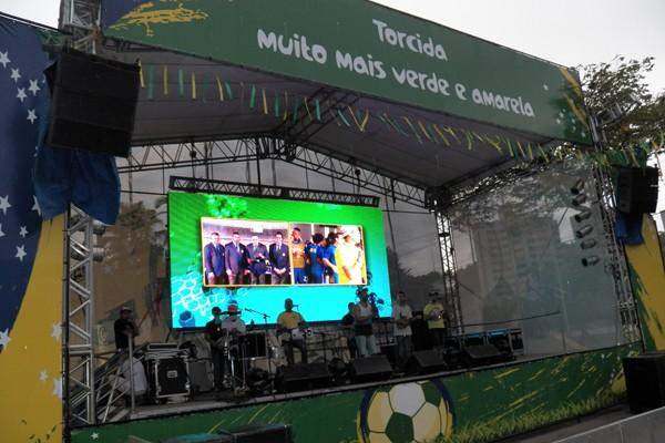 O Telão foi montado na Praça Brasil em Volta Redonda (Foto: Milena Bernardo)