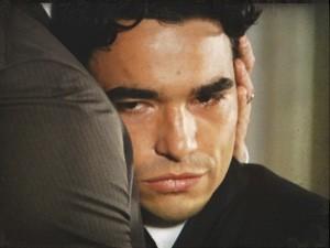 Fernando se finge arrependido (Foto: Lado a Lado/Tv Globo)