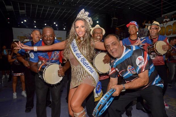 Ana Paula Ferrari, a Mulher Ferrari, é coroada rainha de bateria da Pérola Negra (Foto: Edu Graboski / M2 Divulgação)