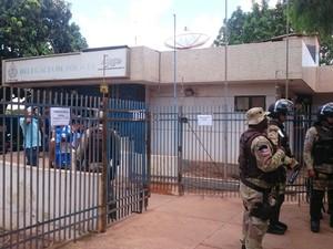 Presos fazem rebelião na delegacia de Luís Eduardo Magalhães, na região oeste da Bahia (Foto: Muller Nunes/TV Oeste)