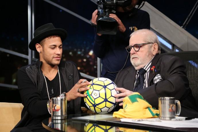 Neymar assina bola para Jô (Foto: Carol Caminha/Gshow)