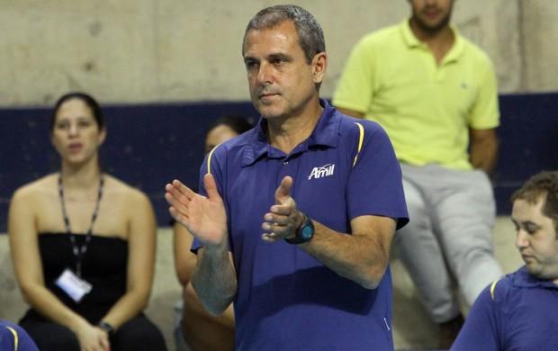 José Roberto Guimarães aplaude jogada do Campinas (Foto: Felipe Christ/Amil)
