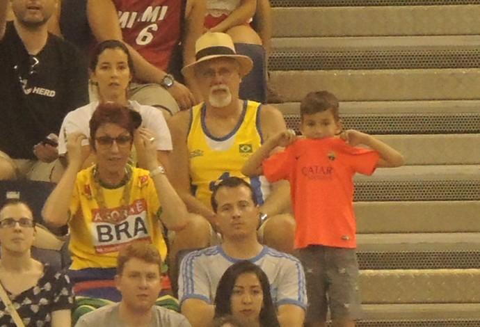 Fã de futebol e de basquete, Gustavo morde a camisa do Barcelona, nervoso com o pai em quadra (Foto: Fabio Leme)