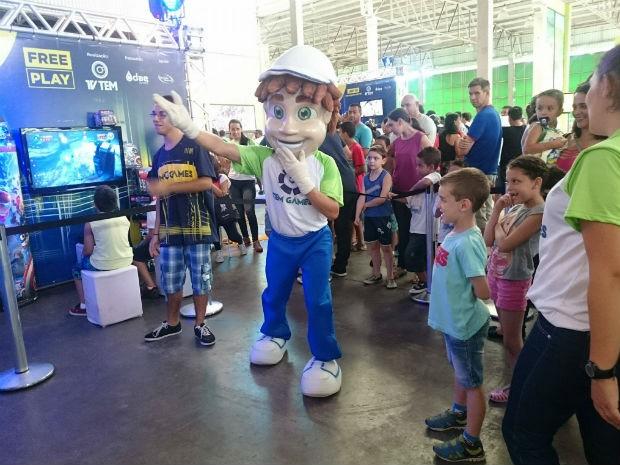 "Tenzinho, mascote da TV TEM, também está se divertindo na arena ""Free Play"" (Foto: Ana Paula Yabiku/G1)"