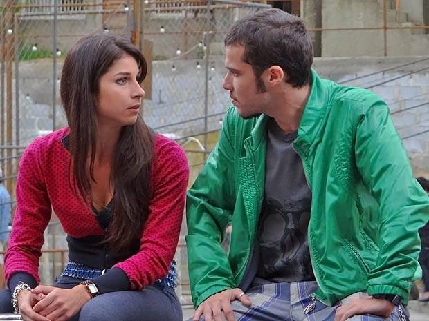 Brunessa conversa com Rodinei (Foto: Cheias de Charme / TV Globo)