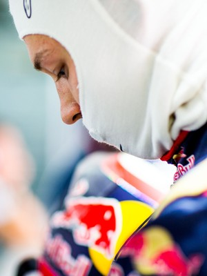 Daniil Kvyat nos boxes da STR nos treinos para o GP da Alemanha (Foto: Getty Images)