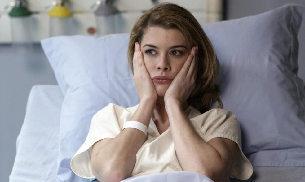 Internada em uma clínica, Diana é surpreeendida pelo pai, que a pressiona (Foto: TV Globo)