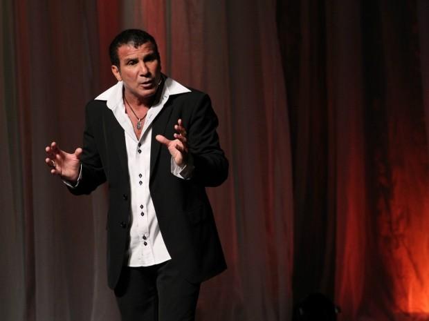 Eri Johnson vem ao Recife com peça autoral de contos e imitações (Foto: Divulgação)