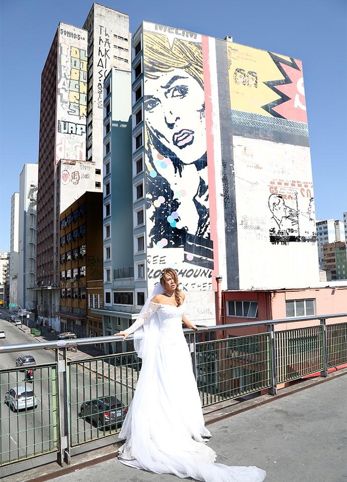 Mariana Ximenes vestida de noiva para cenas de Tancinha, no centro de São Paulo (Foto: Carol Caminha/Gshow)